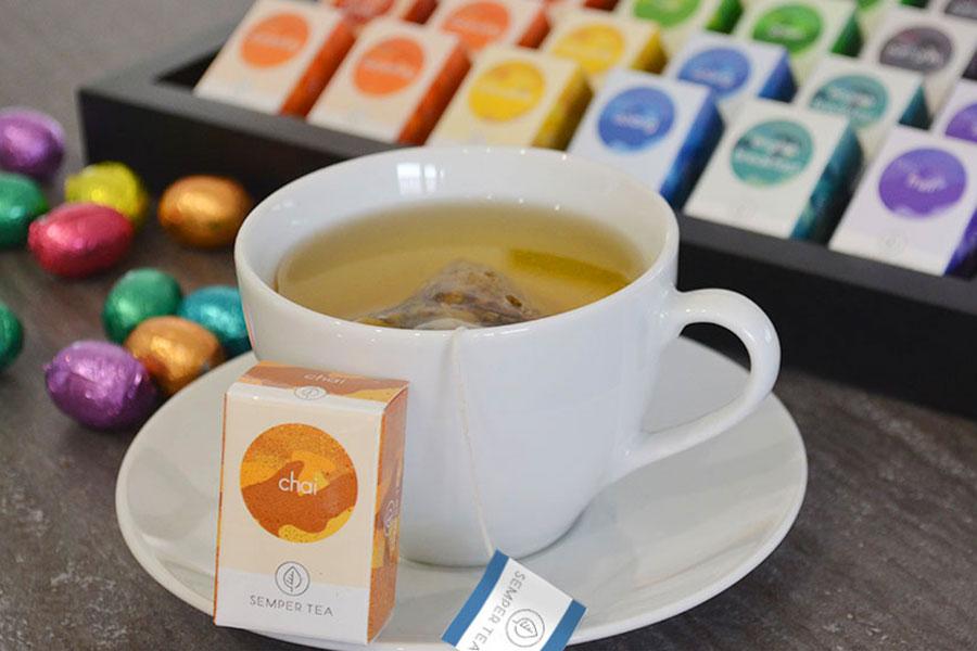 Té Chai y té Blanco de primavera. Semper Tea, tea concepts for your business. Semper Tea ofrece un concepto de té moderno, elegante y creativo para su negocio. Semper Tea combina lo moderno con lo tradicional, y sorprende con sabores de té ecológico cuidadosamente seleccionados.