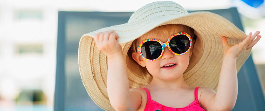 cuida tus ojos en verano usando gafas de sol con filtro ultravioleta, sombreros, gorras o viseras que te protejan del sol