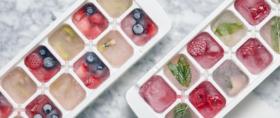 cubitos de hielo con kiwi, arándanos, naranja, moras, fresas, limón, lima
