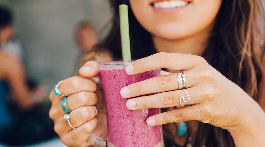 Erfrischendes Sommer Trendgetränk Smoothie mit grünem Tee
