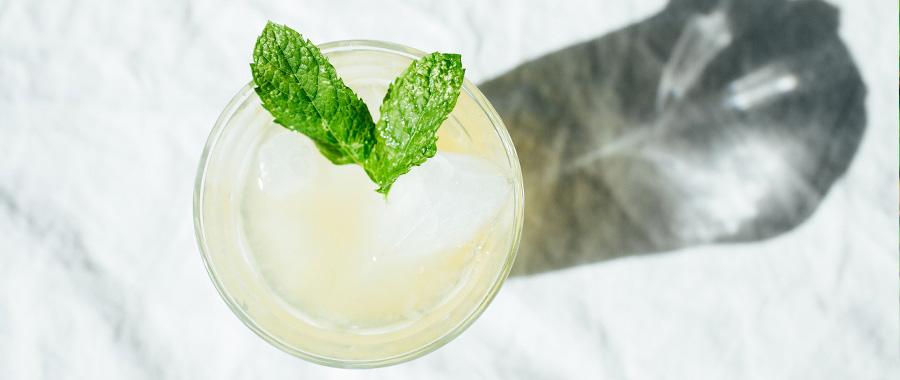 coctel de verano sin alcohol limonada con té de menta