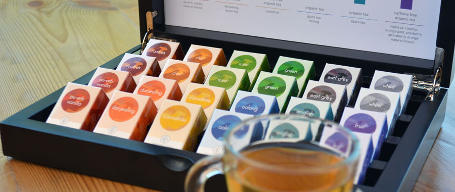 Semper Tea es principalmente conocido por ser proveedor de té en el sector gastronómico y hotelero, pero también en las tiendas gourmet o delicatessen. Te invitamos a conocer nuestra tienda online y nuestras variedades de té de calidad ecológica en bolsitas de té tradicionales selladas.