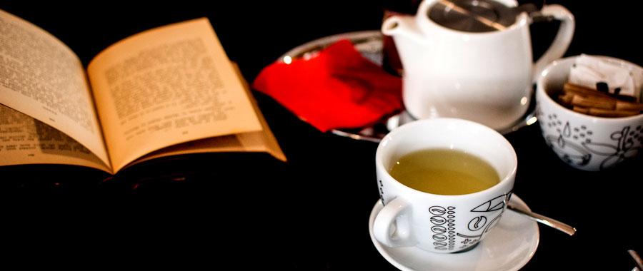 Lo mejor es usar productos naturales no refinados y que puedan contener otras propiedades adicionales además de cumplir con la función de edulcorante. Por ejemplo, son recomendables el azúcar moreno de caña o panela, preferiblemente producidos orgánicamente. La miel también es perfecta para endulzar el té, especialmente para calmar la garganta irritada o áspera en los fríos meses de invierno y en las épocas de resfriado. Aunque es importante agregar la miel cuando el té ya no esté demasiado caliente.