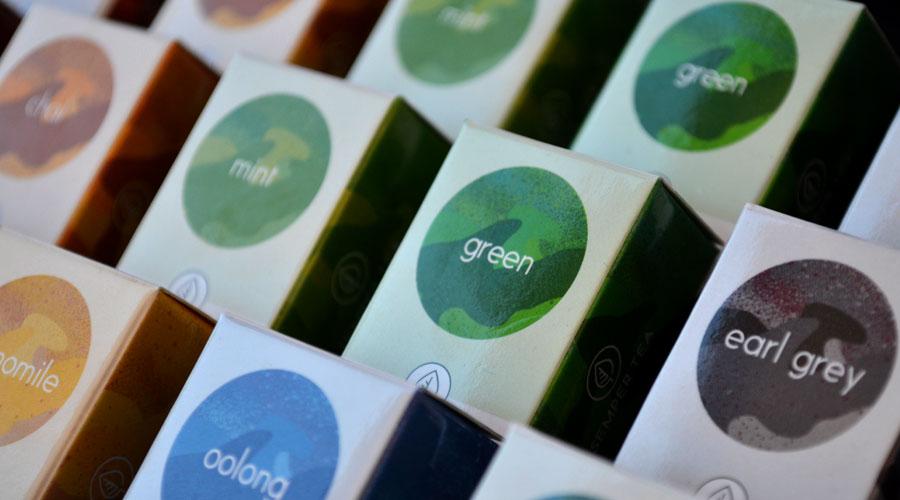Leicht bitter und blassgrün kommt er daher - der grüne Tee. Rein äußerlich also eher in der Rolle der grauen Maus, machen ihn seine inneren Werte zum regelrechten Schwarm. Seit sich auch in Deutschland der Trend zum Tee immer stärker entwickelt, ist vor allem der grüne Tee wortwörtlich in aller Munde.