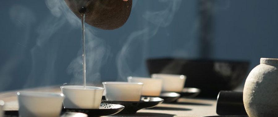 Am besten erhitzt Du das Wasser in einem Kochtopf oder Wasserkocher. Am besten ließe sich die ideale Wassertemperatur natürlich mit einem Thermometer bestimmten.