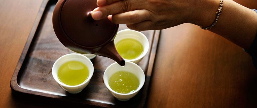 Eine kleine Kunst für sich: Die perfekte Zubereitung einer Tasse grünen Tees Tasse, Teebeutel, kochendes Wasser und fertig ist der grüne Tee? So einfach kann es sein. Doch zumindest wenn Du das feinsinnige, leichte Aroma des grünen Tees in seiner besten Form genießen will, solltest Du einige Dinge beachten.