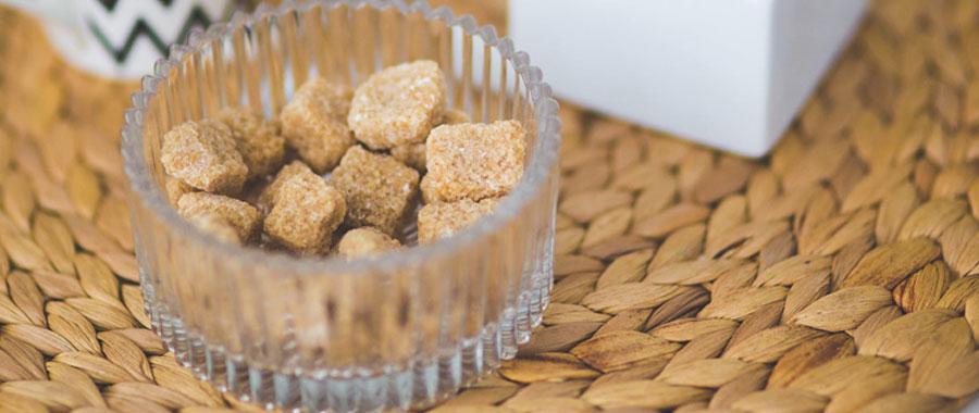 Auch Honig eignet sich perfekt für die Süßung Deines Tee, vor allem um einen trockenen oder rauen Hals zu beruhigen. Wichtig ist nur, den Honig erst hinzuzugeben, wenn der Tee nicht mehr zu heiß ist. Sonst werden die beruhigenden Inhaltsstoffe des Honigs zerstört. Um ganz und gar kalorienfrei zu versüßen, lohnt sich auch der Griff zu Stevia und ähnliche künstliche Süßstoffe.