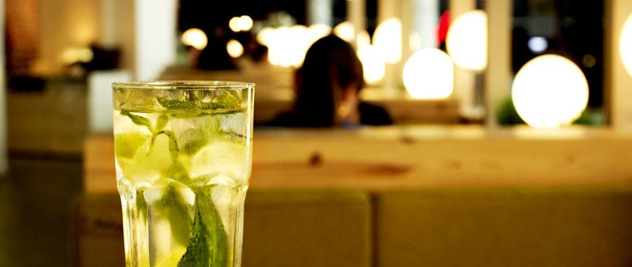 Grüner Tee mit frischer Minze - eine perfekte Erfrischung für warme Sommernächte. Sehr erfrischend.