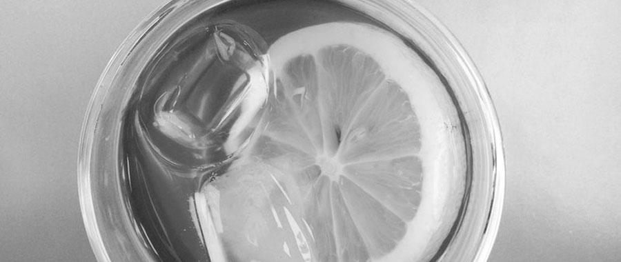 Para obtener un sabor totalmente nuevo del té verde, existen pequeños trucos que pueden ayudarnos a hacer nuestro té verde aún más especial. Incluso una simple rodaja de limón puede proporcionar al té más antioxidantes y vitamina C. Tendrá esa irresistible acidez del limón junto con distintos beneficios para la salud y el bienestar general del cuerpo. Y si añades algunos cubitos de hielo y menta fresca al limón, podrás tener una limonada para los días cálidos de verano y la bebida ideal para una barbacoa con amigos.