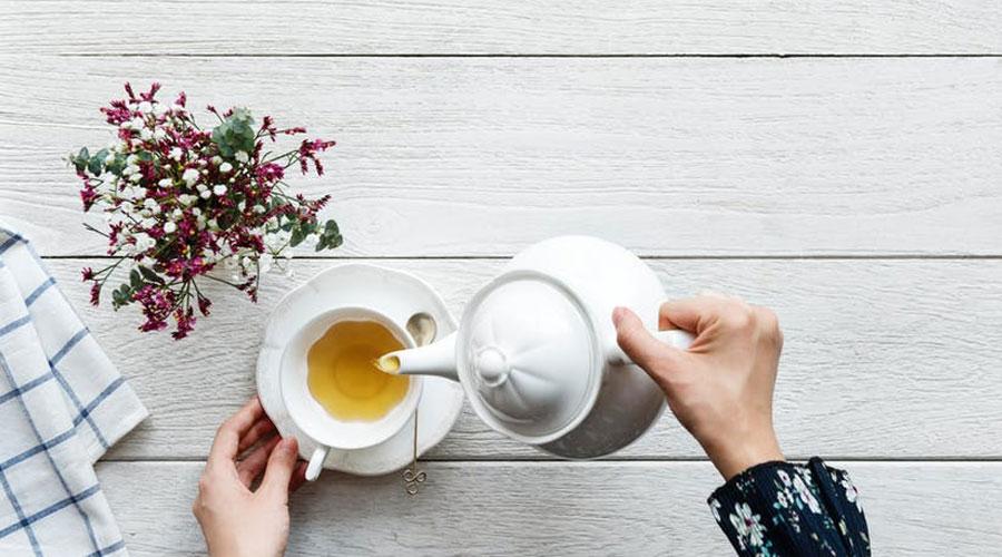 Aufgrund der Milde hat sich Kamille als effektives Hausmittel gegen Halsschmerzen und zur Linderung von Halsentzündungen bewährt. Dabei hat der Kamillentee gleich mehrere positive Effekte auf Deinen gereizten Hals. Zum einen ist der Tee sehr mild. Wird er lauwarm genossen, legt er sich weich über Deine gereizten Schleimhäute. So können sich diese wieder erholen und ihrer eigentlich Funktion nachkommen: Viren und Bakterien bekämpfen!