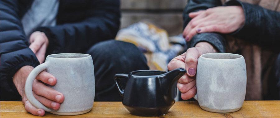 Tee oder Kaffee? Kaffee oder Tee? Frischer, natürlicher, gesünder und milder. Das ist zusammengefasst das, was die Millennials an Tee so sehr schätzen - und ihnen bei Kaffee fehlt. Tee wird zum Lifestyle-Getränk für diese Generation und entwickelt sich zum echten Trend.