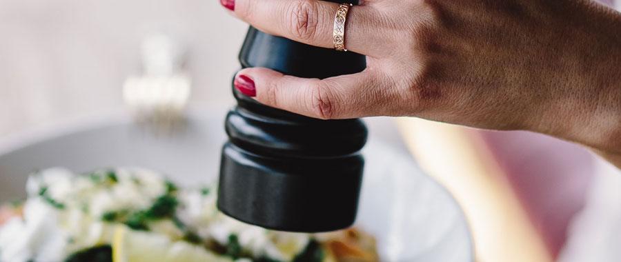 Das original französische Gericht lässt sich perfekt mit dem Aroma des grünen Tees kombinieren. Er fügt einen milden Geschmack hinzu und ergänzt perfekt einen knusprigen grünen Salat, gebackenen Lachs oder gegrillte Garnelen. Tipp: Die Vinaigrette sollte einige Stunden vor dem Servieren zubereitet werden, damit die Aromen infundiert werden.
