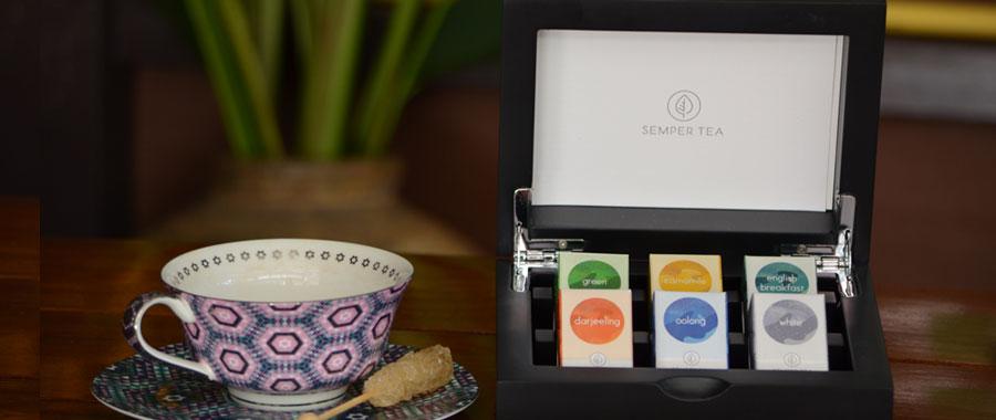 Comodidad, elegancia y rapidez. El contexto ideal para presentar las elegantes cajas expositoras de té de Semper Tea. Conceptos perfectamente combinables con la idea de negocio del co-working café, para hidratar esas mentes repletas de ideas y proporcionar la tranquilidad y la paz que estas personas buscan en estos establecimientos.