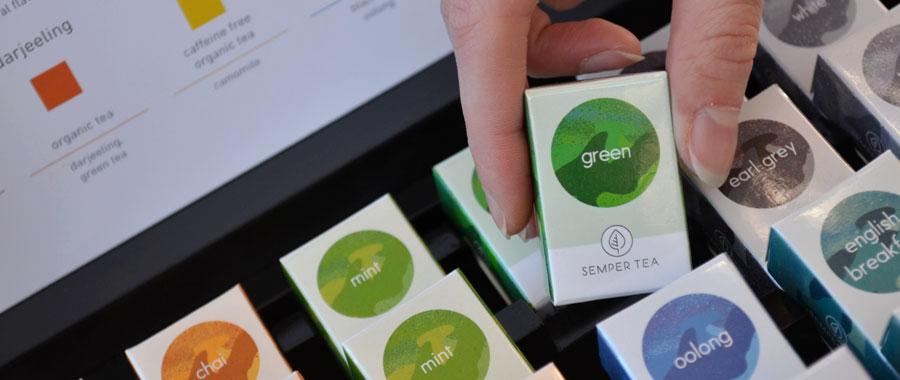 Cada bolsita de té contiene aproximadamente 2 gramos de té. Esta cantidad de té ha sido adaptada y es considerada la cantidad perfecta para una taza de té. Por lo tanto, si quieres preparar una taza de té verde, una bolsita de green de la Coral Collection o una bolsita clásica de green de la Pearl Collection serán perfectas para ello.