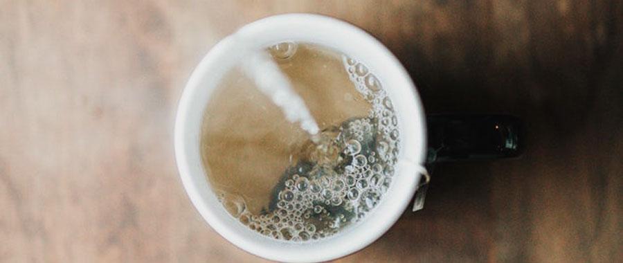 El té verde ayuda a acelerar el metabolismo del cuerpo y quemar grasa. Especialmente los polifenoles y la cafeína en el té verde se involucran en esta actividad para hacer más efectivas las dietas habitualmente usadas para perder peso. Por otra parte, una taza de té verde puede hacer que los antojos sean menos frecuentes, lo cual puede ser de gran ayuda.