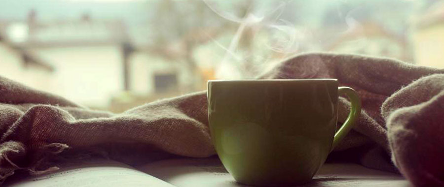 Eine große Veränderung der Teekultur lässt sich in der folgenden Song-Dynastie (960-1279 n. Chr.) festmachen. Der grüne Tee wurde nun nicht mehr durch das Aufbrühen ganzer Teeblätter oder das Kochen von Teekuchen zubereitet. Die Teeblätter wurden stattdessen so klein zerrieben, dass nur noch ein feines, grünes Pulver übrig bliebt. Der Pulvertee wurde dann in heißem Wasser aufgekocht und aufgeschäumt genossen. Diese Form der Zubereitung wurde in den Jahren immer weiter verfeinert und ritualisiert, sodass sich ganze Teezeremonien entwickelten. Diese prägten immer nachhaltiger die chinesische Alltagskultur und wurden auch über China hinaus insbesondere nach Japan verbreitet. Bis heute gelten Teezeremonien als wichtiges Erbe chinesischer und japanischer Traditionen und gewinnen sogar in der westlichen Welt mit der steigenden Teenachfrage immer mehr an Bedeutung.