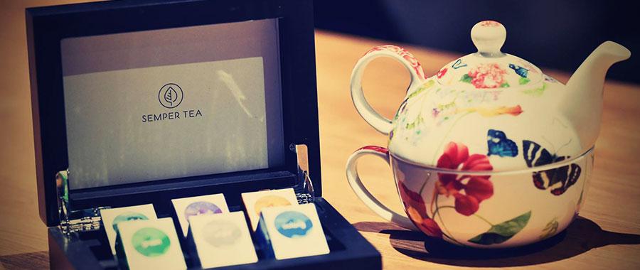 In Szene gesetzt wird der Tee durch unsere hochwertige Teekiste aus dunklem Holz. Das sorgt für ein garantiert optisches Highlight in jedem Hotelzimmer