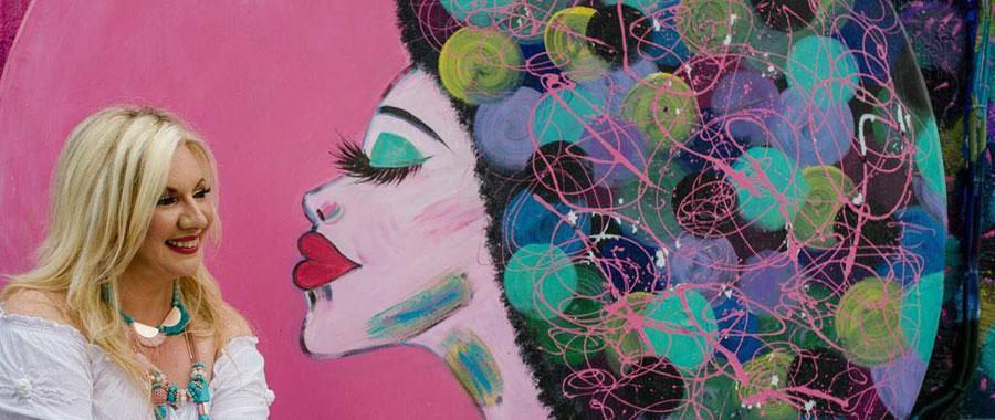 Sus obras son originales y personales. Laura Sala suele representar retratos femeninos llenos de color y fantasía.