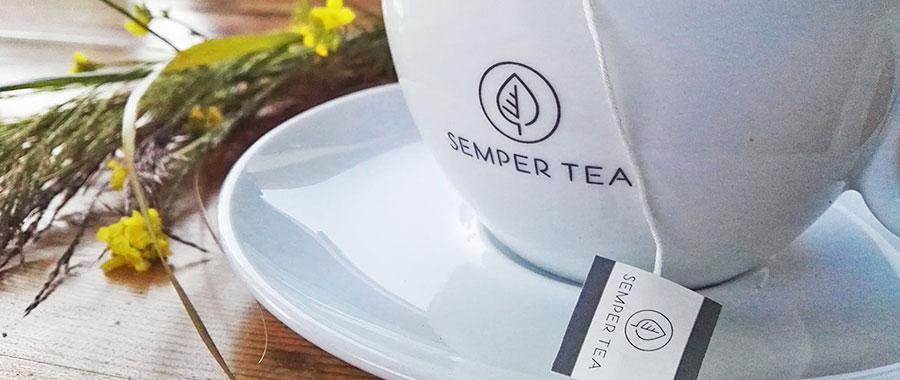 Bei einer Tasse Tee im Café einen Moment am Tag bewusst ein und aus zu atmen