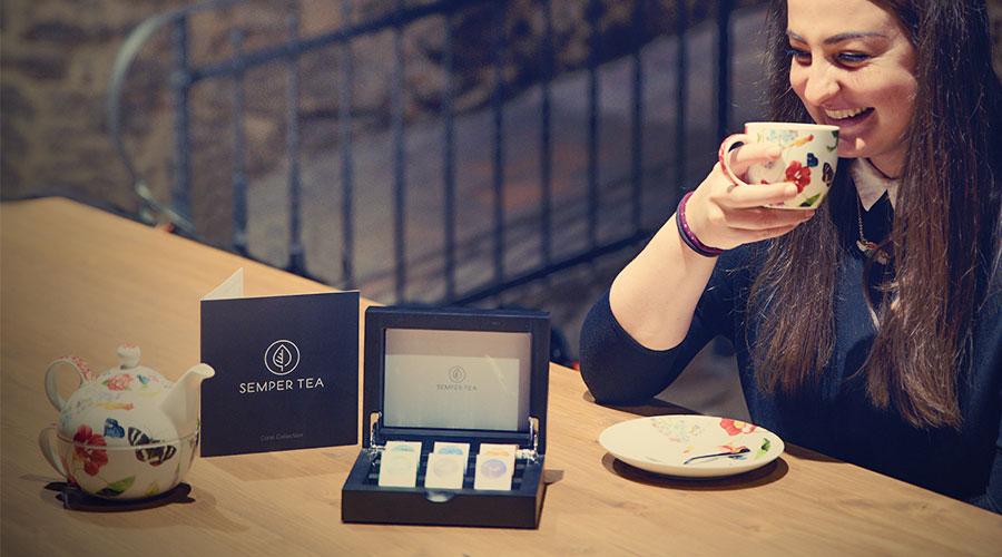 la relajacion ideal en habitacion con una taza de te en hotel semper tea
