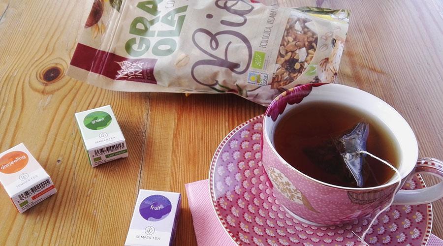 Biotee und Granola für ein Frühstücksbuffet Das neue Knusper-Muesli