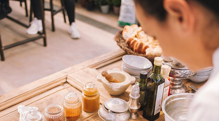 Ofrece una taza de té orgánico después del Show Cooking en ambiente relajado